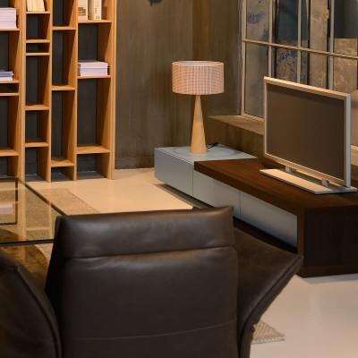 Επιτραπέζιο φωτιστικό 65cm με ξύλινη κωνική βάση και βαμβακερό αμπαζούρ Ø35cm